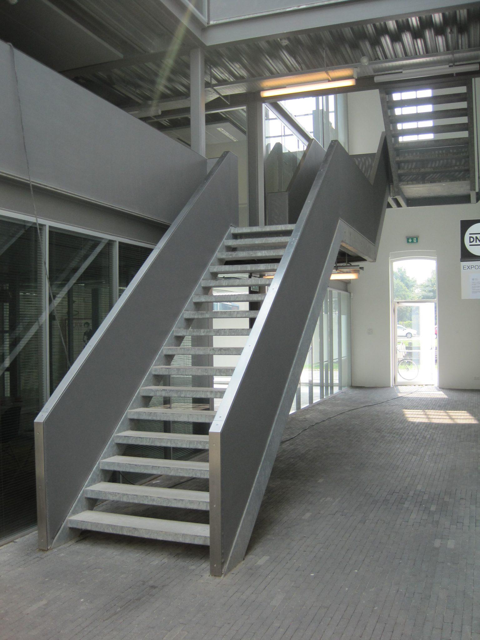 In decacaofabriek in Helmondwordt menverwelkomddoor de imposante stalen hoofdtrap.